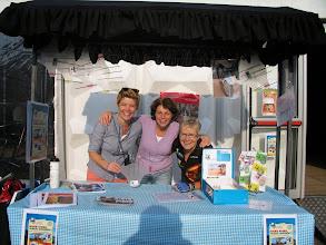 Photo: V.l.n.r. Astrid, Marja en Joke bezig met o.a. verkoop van spatbordjes voor geld voor AMREF