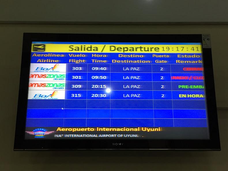 ウユニ空港の出発ボード。アマゾナス航空とボリビアーナ航空が2便ずつラパスへ飛行機を飛ばしている