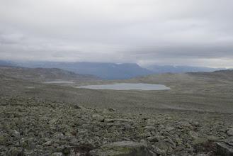 Kuva: Tuntureiden välinen satula on ylitetty ja avautuu uudet maisemat. baju Gahkkojavri