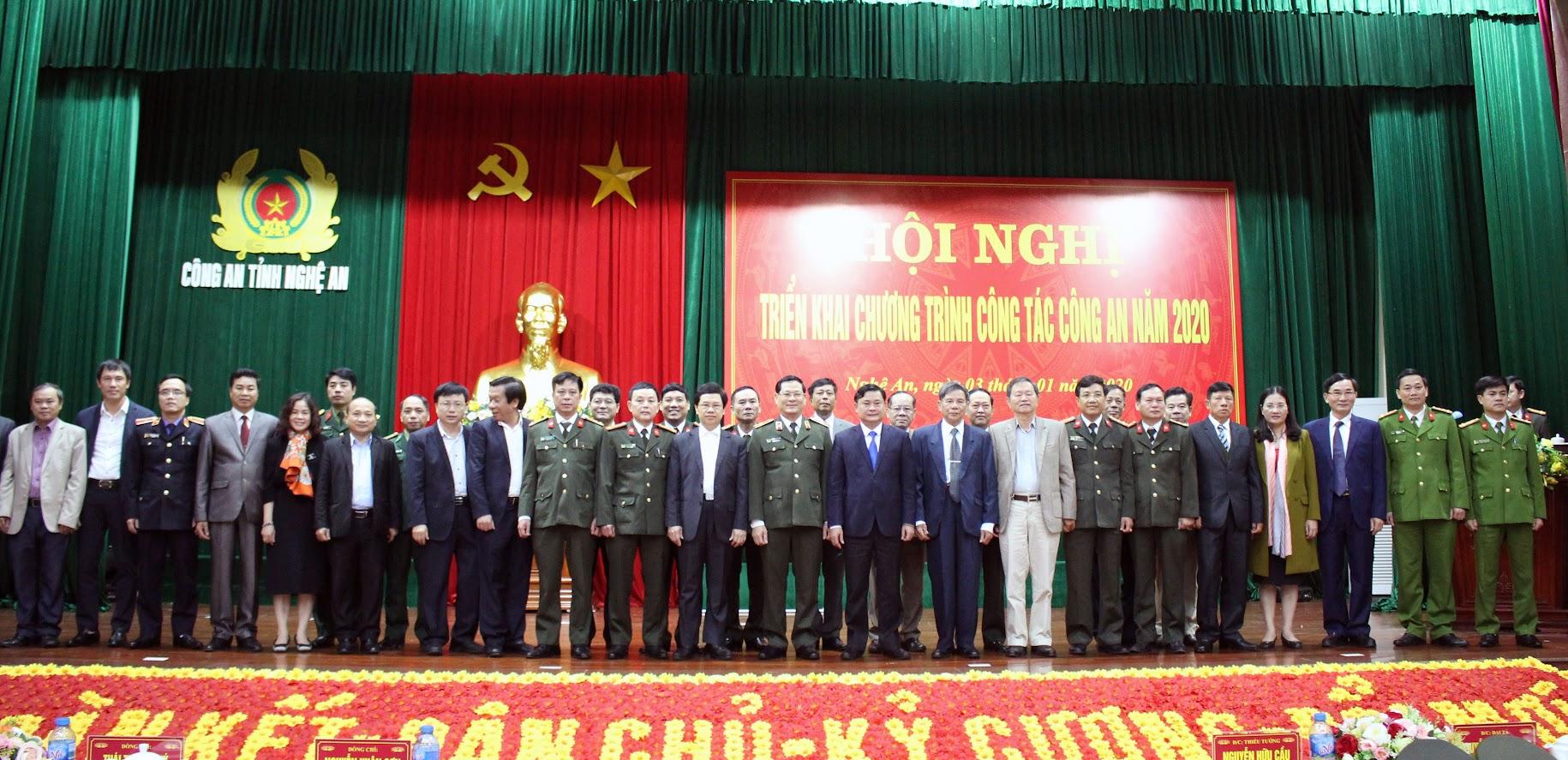 Các đồng chí đại biểu tham dự Hội nghị chụp ảnh lưu niệm