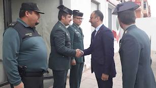El delegado del Gobierno en Andalucía saluda a los agentes del cuartel de Vícar