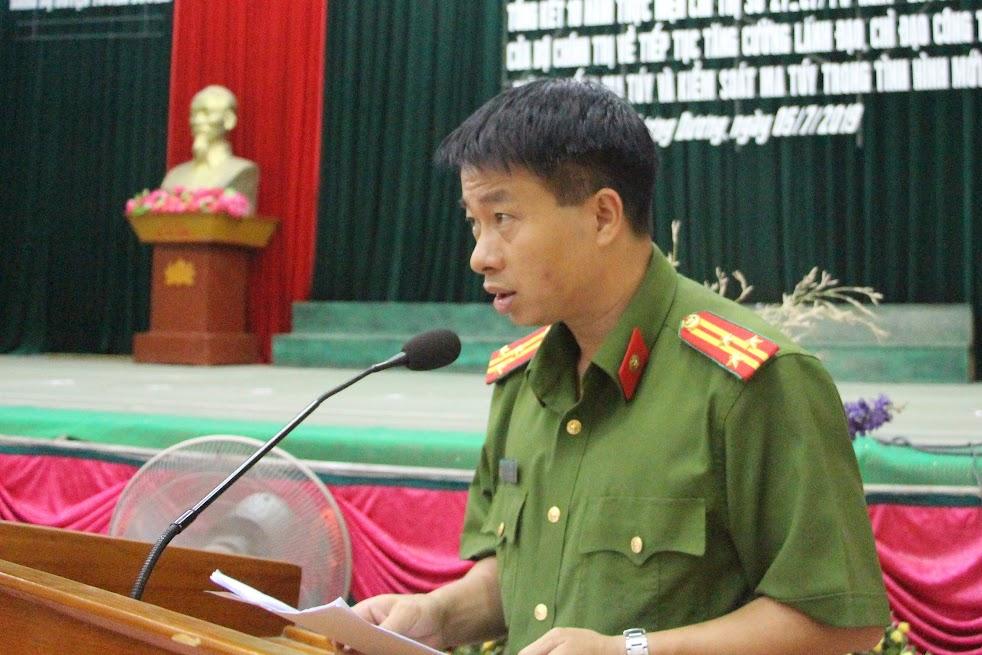 Thượng tá Trần Phúc Tú, Trưởng Công an huyện Tương Dương phát biểu tại hội nghị.