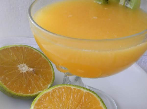 Freshly Squeezed Sour Oranges Sweetened With Honilla (pure Honey And Natural Vanilla Extract) Decorated With Kiwi Fruit