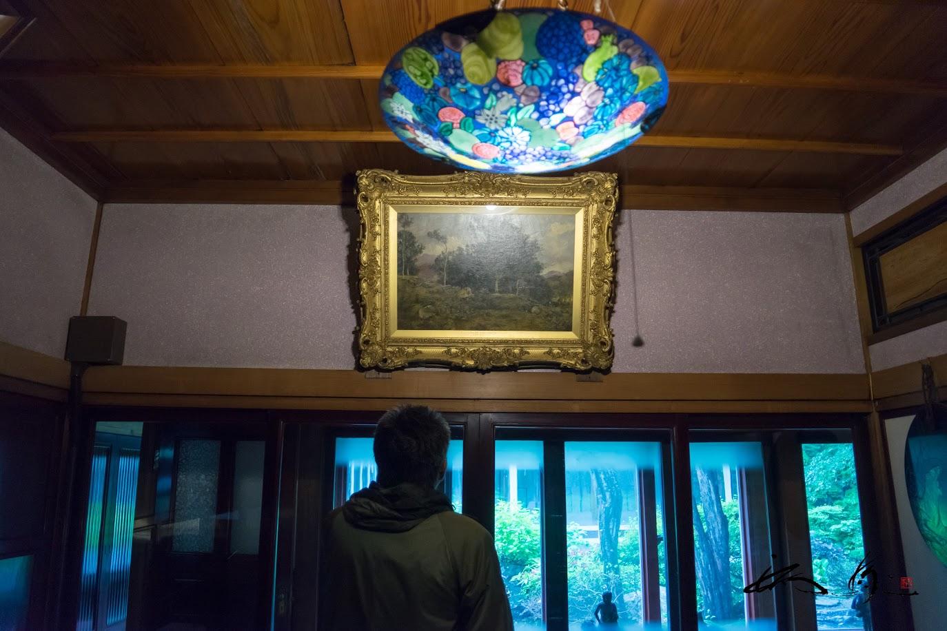 絵画を眺める綾部先生