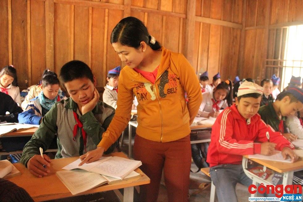 Mỗi thầy, cô giáo là một tấm gương sáng về đạo đức để các em học sinh noi theo