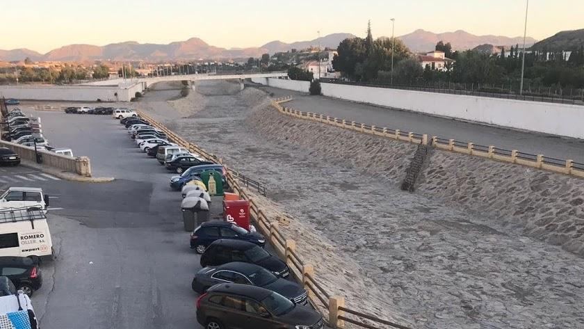El hormigonado sirve en la actualidad de aparcamiento para los coches de los vecinos del municipio de Albox.