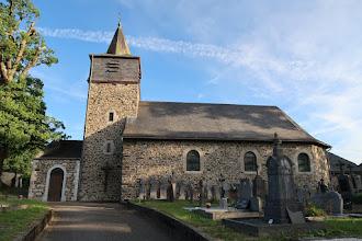 Photo: Église St Paul avec à gauche le chêne, vieux de plus de 350 ans