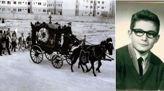Un entierro en los años 50 por la Rambla de Almería, en los que aún se estilaban los coches de caballo. Al lado, Juan Valdivia, en su juventud.