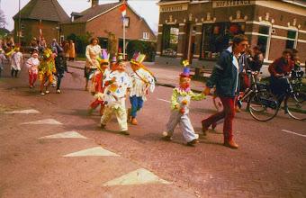Photo: Optocht Oranjevereniging, rechts Rika Pathuis (kleuterjuf)