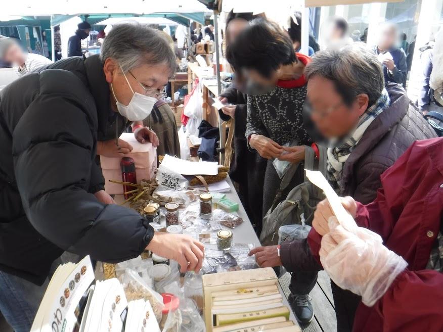 たねのわ会計の飯島さん(左)。塾と農業を融合した経営をしています。