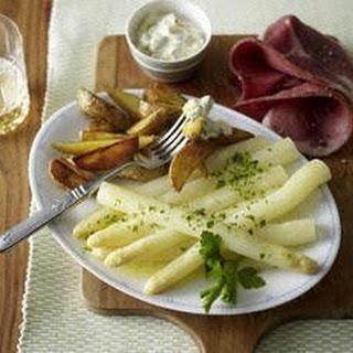Spargel mit Remoulade, gebratenen Kartoffelspalten und Katenschinken