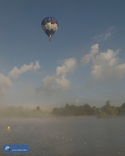 Photo: Montgolfière Le Ballon Bleu au-dessus de l'Etang Philppe, Saint-Gervais d'Auvergne.