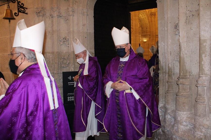 Obispo asistentes a la toma de posesión de monseñor Antonio Gómez saliendo de la Sacristía Mayor.