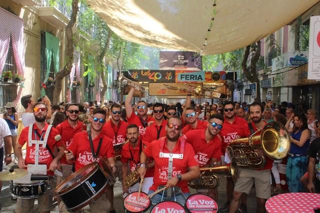 El ambigú de Los40 y la Charanga de La Voz punto central de la Feria del Mediodía.