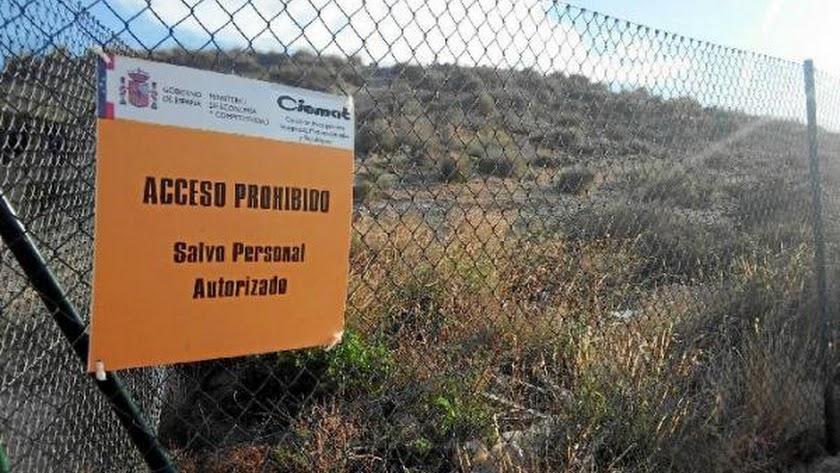 Cartel de aviso que limita e impide el paso a la zona expuesta a las bombas en Palomares.