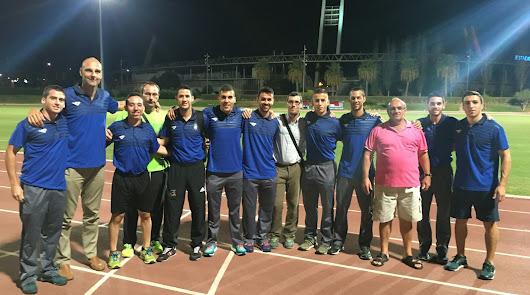 Rafael Martínez (tercero, de derecha a izquierda), rodeado de sus árbitros.