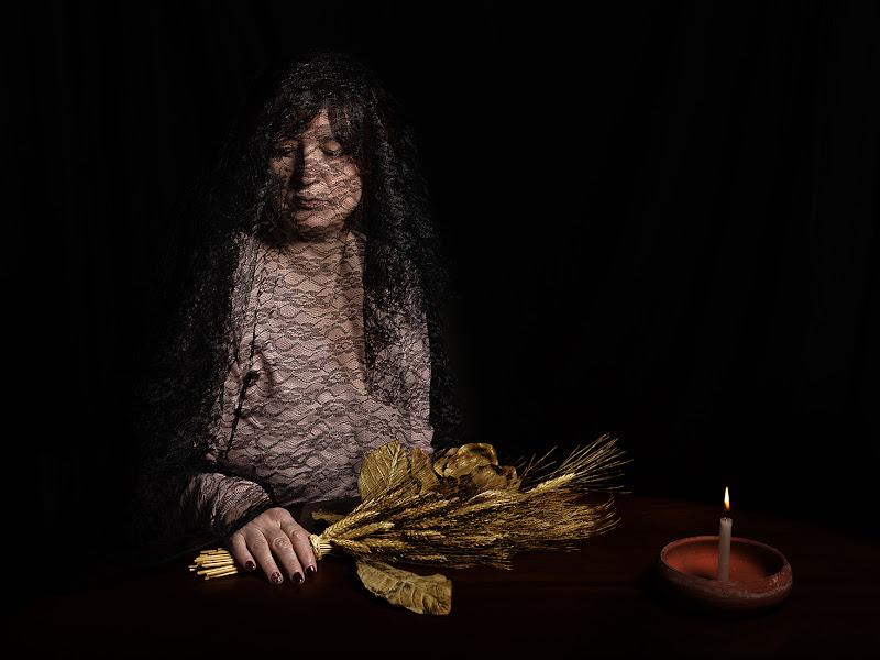 Donna con bouquet dorato di renzodid