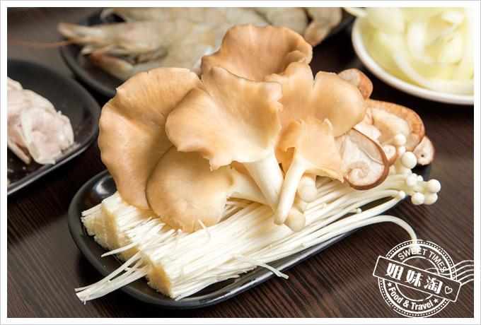 嘉義老牌石頭火鍋綜合菇