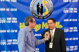 Photo: Ông Mỹ Lợi – Việt Vùng Vịnh – đang phỏng vấn anh Nguyễn Vạn Bình (Trưởng Ban Tổ Chức)