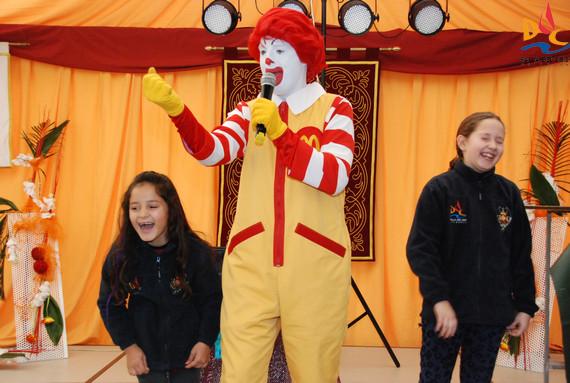 Los nanos disfrutan con la fiesta Ronald McDonals