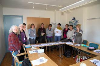 Photo: Snygg uppställning av deltagare i Nina Sagulins workshop i smockstickning.