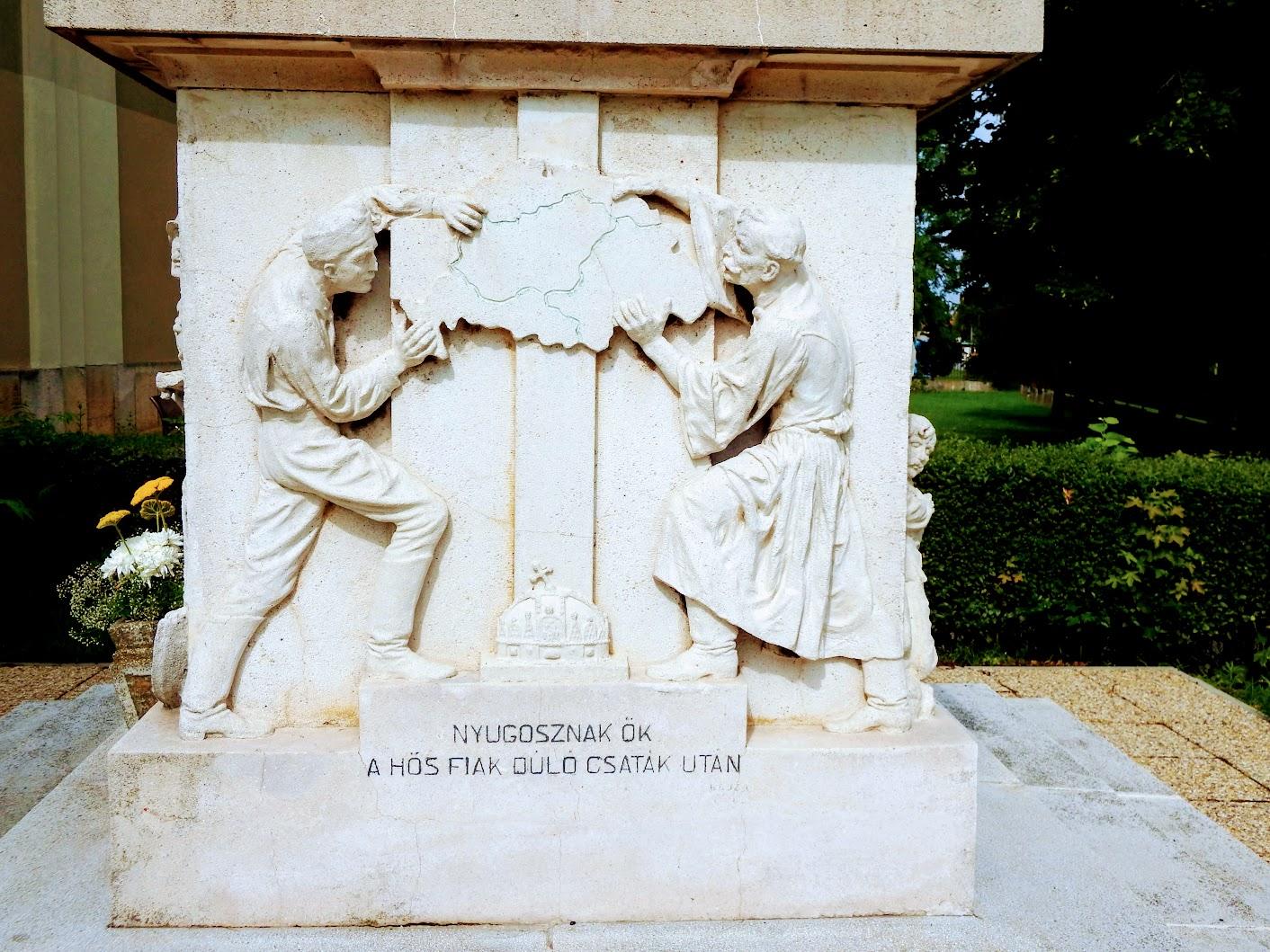 Vép - I. világháborús emlékmű a templomkertben
