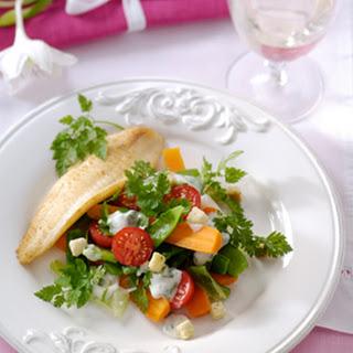 Salade Van Knapperige Voorjaarsgroente Met Gebakken Tongfilet En Kerveldressing