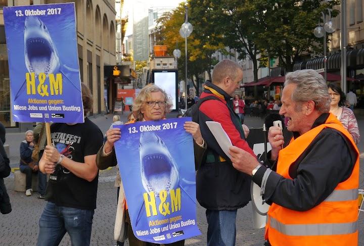 Auf der Straße. Kolleginnen und Kollegen mit Megafon, Flugblättern und Plakaten: «H & M. Aktionen gegen miese Jobs und Union Busting».