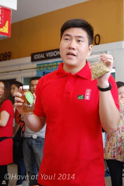 owner of Botanical Herbal Hall explaining the teas