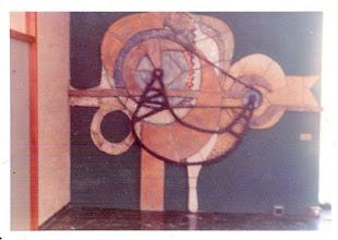 Photo: Monumentaal reliëf i.o.v. Machinefabriek Vector, 1981 afgebeeld tandwiel, aandrijving, aandrijfriemen, banden, ronde vormen. Qua stijl en kwaliteit foto meer uit 1970-1975