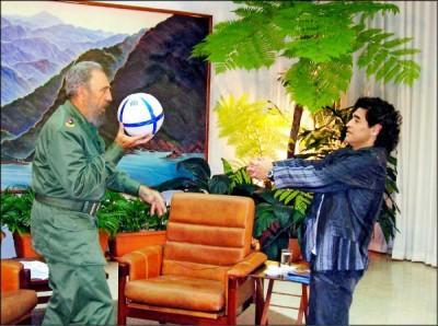 卡斯楚(左)在2005年10月26日與阿根廷傳奇球星馬拉度納會面,兩人還玩起足球。 (路透)