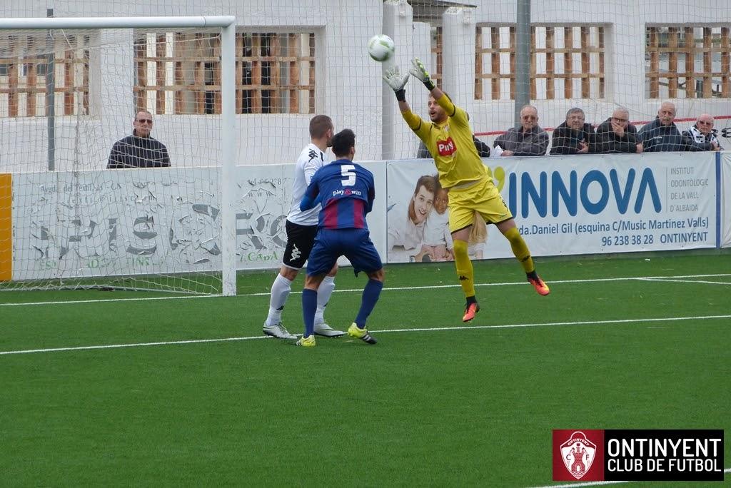 Ontinyent CF 1 - UD Alzira 0. Raúl Poveda fa una parada a una centrada rival