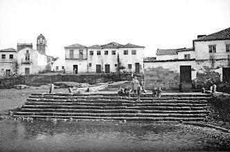 Photo: Peirao central do século XVI. Moureira de Arriba. Detrás das casas atoparíamos o campo do boi.