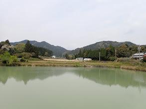 溜池から明星ヶ岳(左)と雨引山(右)
