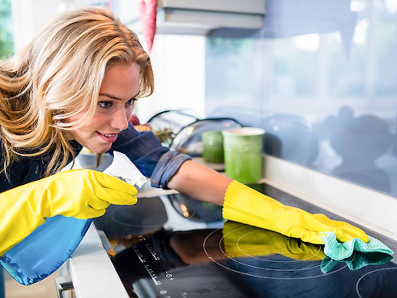 Уборка кухни с антисептиком