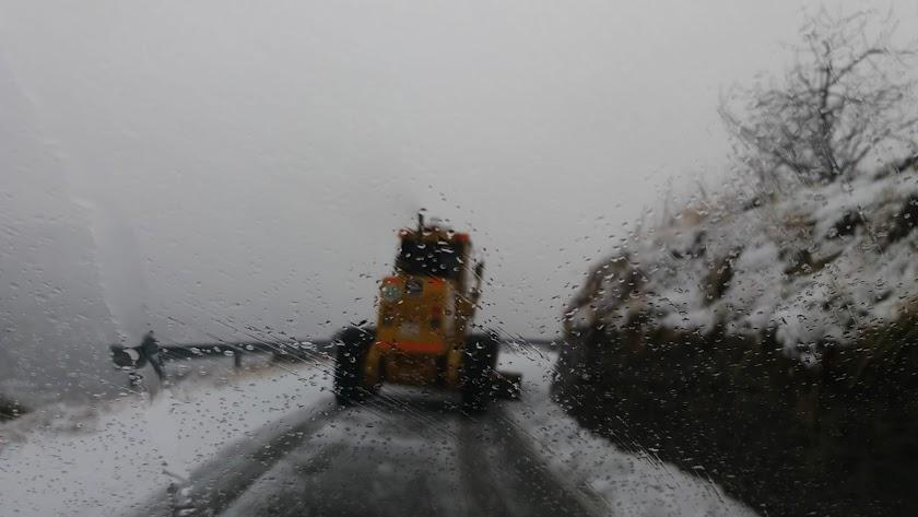 Imagen del trabajo de la maquinaria en el día de hoy para retirar la nieve de las carreteras.