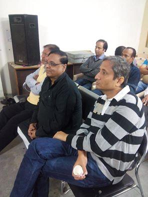 'संघ को नजदीक से समझने   का मौका गंवा दिया रवीश    नोएडा स्थित राष्ट्रीय स्वयंसेवक संघ के कार्यालय 'प्रेरणा' में रविवार को आयोजित होली मिलन समारोह में जुटे लोगों में टीवी के जाने माने पत्रकार रवीश कुमार की उपस्थिति वाकई चौंकाने वाली इसलिए रही कि वैचारिक धरातल पर संघ की अवधारणा जिनकी समझ से परे रही है, उनमें एक वह भी माने   जाते हैं. जैसे ही उनका आगमन हुआ, हलचल सी मच गयी..रवीश के चेहरे पर भी छायी घबराहट साफ देखी जा सकती थी. किसी ने पूछा तो रवीश कुमार का सहज जवाब था कि बुलाया तो आ गया... पर जैसे ही कार्यक्रम आरंभ हुआ और होरी गायी जाने लगी, रवीश के पसीने छूटने लगे और जब फोटो ली जाने लगी तो यह कहते हुए भाग खड़े हुए कि जिंदगी खराब हो गयी......!!   नही भाई रवीश आप मौका चूक बैठे..  आप रहते तो आप के लिए संघ की विचारधारा को नजदीक से परखने का यह बेहतरीन मौका था और यह भी कि भारत माता और उच्च संस्कारों की चर्चा से भी आप दो चार होते. आपको यह भी पता चलता कि होली कोई पौराणिक गाथा नहीं जीवंत इतिहास का हिस्सा है. संघ जिस छद्म सेक्यूलरिजम की बात करता है, यह त्यौहार उसका सबसे बड़ा उदाहरण है. रवीश क्या ....खुद मुझे भी जानकारी नहीं थी कि होली जैसे मदनोत्सव का उद्गमस्थल मुलतान है जो पाकिसतान में है और जिसे आर्यों का बतौर मूलस्थान भी कभी जाना जाता था. मैं पहली बार १९७८ में जब पाकिस्तान गया था तब वहां के सैन्य तानाशाह जियाउल हक ने मुल्तान किले के दमदमा ( छत ) पर भारतीय क्रिकेट टीम का सार्वजनिक अभिनंदन किया था. तब मैं इस स्थान की ऐतिहासिकता से रूबरू नहीं हो सका था पर १९८२-८३ की क्रिकेट सिरीज के दौरान पाकिस्तानी कमेंट्रीकार मित्र चिश्ती मुजाहिद के सौजन्य से जान पाया कि जहां मैं गोलगप्पे खा रहा हूं, वह प्रहलाद पुरी है..!! क्या ...प्रहलाद ..? कौन भाई ? चिश्ती का जवाब था,' हां वही तुम्हारे हिरण्यकश्प वाले....!! यह क्या बोल रहे हैं ... हतप्रभ सा मैं सोच रहा था कि चिश्ती बांह पकड़ कर ले गये एक साइनबोर्ड के नीचे और जो पाकिस्तान पर्यटन की ओर से लगाया गया था- There is a Funny storey से शुरुआत और फिर पूरी कहानी नरसिंह अवतार की. अरे खंडहर मे तब्दील हो चुकी प्रहलाद पुरी मे स्थित विशाल किले के भग्नावशेष चीख चीख कर उसकी प्राचीन ऐतिहासिकता के प्रमाण दे रहे थे. वहां उस समय मदरसे चला करते थे और एक क्रिकेट स