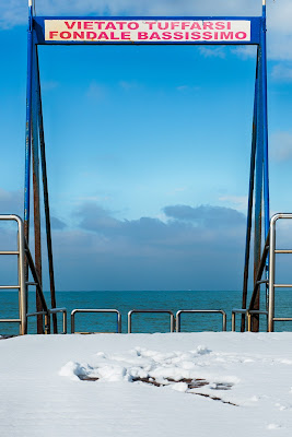 Snow on the beach di Miki Sarace