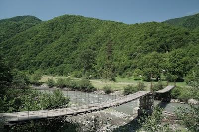 Immer wieder überspannen kleine Hängebrücken den Bergbach.