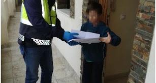 Uno de los alumnos recibiendo el material.