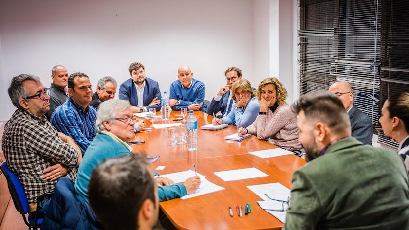 Imagen de la reunión que se ha mantenido de entidades públicas y privadas, empresas y profesionales.