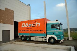 Photo: © ervanofoto 24-10-2012 De rest van de wandelementen zal in het magazijn opgeslagen worden. De vrachtwagen rijdt het magazijn binnen om gelost te worden.  Oei! Dat wordt nipt om binnen te geraken.
