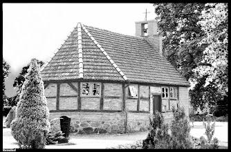 Photo: Die Kapelle in Rensdorf wird in einem Kirchenvisitationsprotokoll von 1534 als längst bestehend aufgeführt und wurde von Boizenburg versorgt. Im Zuge des Dreißigjährigen Krieges brannten 1627 dänische Soldaten die Kapelle nieder, 1650 erfolgte die Wiedererrichtung der kleinen Fachwerkkirche.