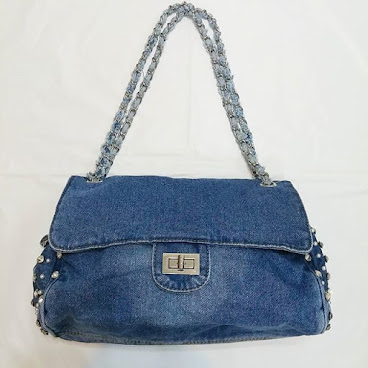 Item No. H001-370-320 Denim Handbag with imitated diamond and pearl on both side.  appx. 30cm × 20cm.  Metal and denim trip. 24cm height. 編號 : H001-370-320 洗水牛仔布手袋.  兩側有仿鑽石及珍珠。  約30厘米 x 20 厘米. 金屬及洗水牛仔布手帶, 高度約24厘米.  #手袋。#袋  #袋子。#手抽袋。#手袋仔。#衣服。 #韓。 #時裝。  #時尚。 #時尚精品。 #熱。 #熱賣。 #歐美。 #bag。#bags。#handbag #handbags。#slingbag hk。#hkgirl。 #hkonlineshop。 #hkig。 #晚裝。 #東大門。 #instafashion.  #fashion.  #fashionista.  #fashiondaily.  #fashionlover