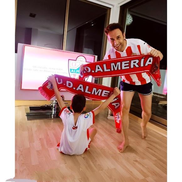 Ricardo Céspedes, director comercial de La Voz de Almería y su hijo Ricardo, con el Almería.