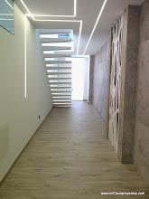 Photo: Detalle de la escalera. Iluminación lineal.