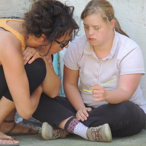 dialogue entre une personne handicapée mentale et une assistante