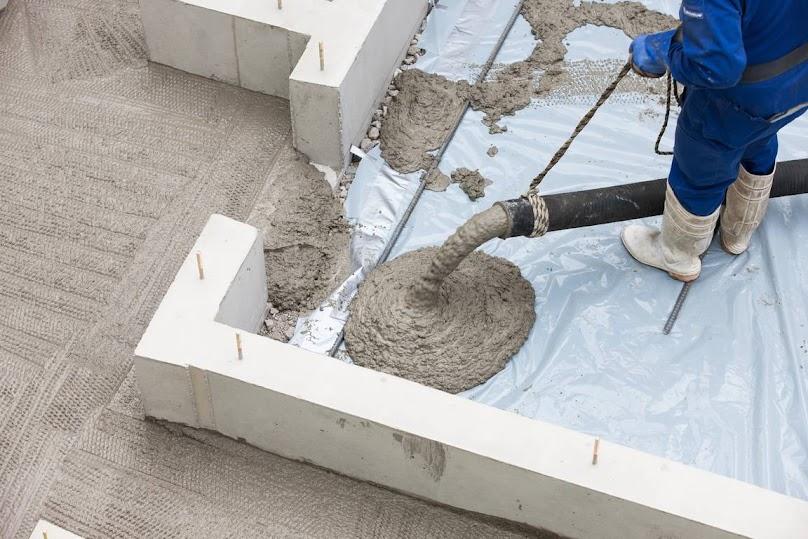 Wybór betonu do wykonania fundamentów pod dom - na co zwrócić uwagę?