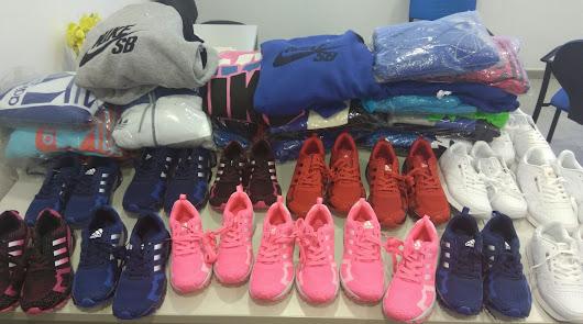 Ropa y calzado deportivo incautados por la Policía Local de Almería capital.