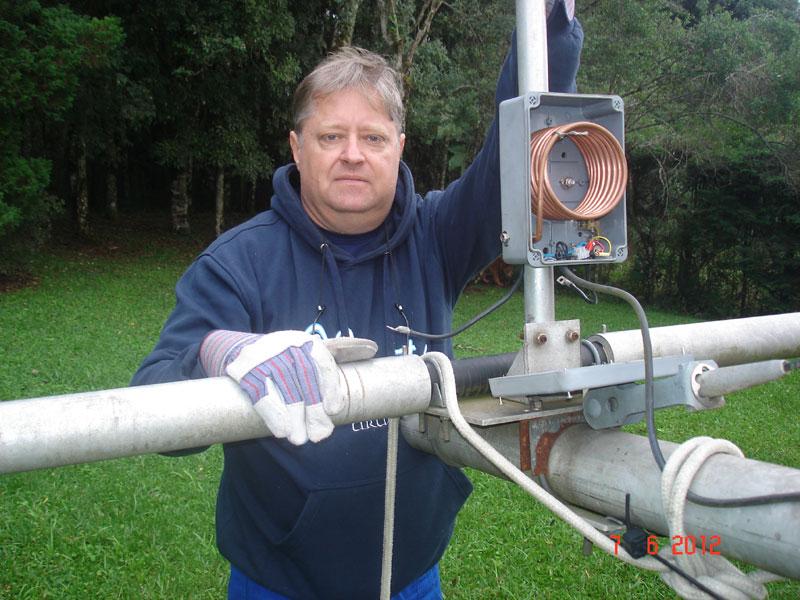 Photo: Peter PP5XX trabalhando na antena de 80m
